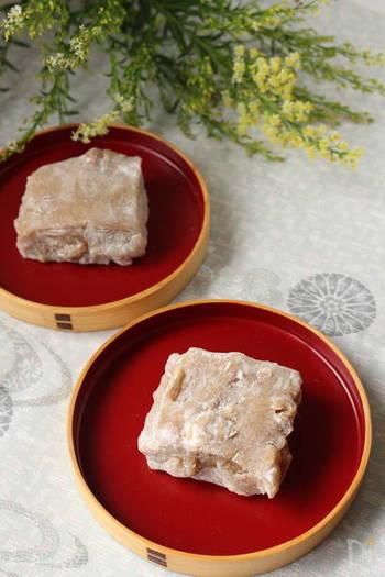 ゆべし(柚餅子)とは、胡桃や柚子を使った餅菓子で、地方によっていろいろなものがあります。こちらは、レンジで作れる簡単な胡桃ゆべし。もっちりとした白玉の生地と、香ばしい胡桃がよく合います。
