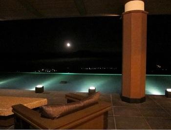 ライトアップされた水盤と昇る月。