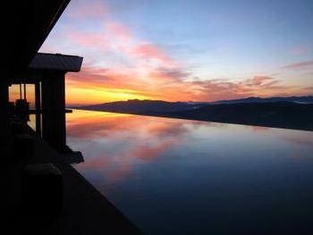 水盤を満たすのは、妙高高原の豊富な湧水。水盤に映る朝焼けが神々しい。