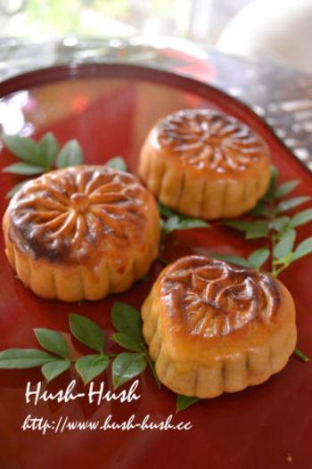こちらも、中国菓子の定番、月餅(げっぺい)。その名の通り、月に見立てた丸い形で、中国では中秋節(名月)の贈り物として根付いています。地方によって、小豆餡のほかにもハスの実餡やなつめ餡などさまざまな違いがあります。