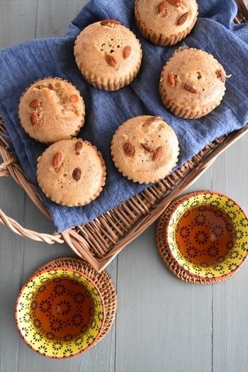 中国風の蒸しパン・マーラーカオは、黒糖などを使った、甘く優しい味わいとしっとりとした食感が特徴。ホットケーキミックスを使って、フライパンや炊飯器で簡単に作ることができます。