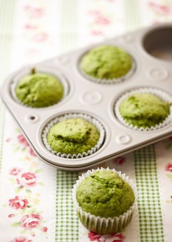 カップケーキも、ママの味。初めて作ったお菓子はカップケーキという方も多いのでは?こちらは、ほうれん草や豆乳を使ったヘルシーバージョン。かぼちゃなどでもおいしくできます。