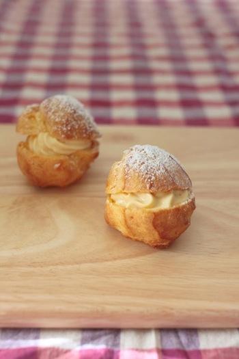 カスタードクリームで作る、基本形のシュークリーム。シュー生地に卵を入れすぎると柔らかくなってしまうのでご注意を。飾らない可愛らしさが魅力です。