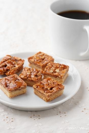 フランス菓子のフロランタンは、クッキー生地にヌガーをのせて焼き上げたもの。クッキーとキャラメルを合わせたような、得した気分のおやつです。詰め合わせでも定番のポピュラーなお菓子ですね。