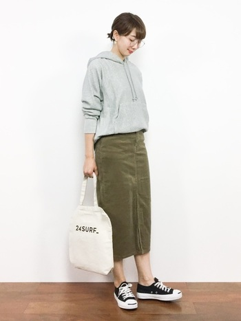 コーデュロイのタイトスカートも、秋らしさを楽しめる一着。タイトスカートのすとんとしたシルエットがきれいで、コーデ全体の重たさも感じさせません。