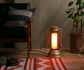 【ミニハロゲンヒーター Lantern】 秋から冬は寒さはもちろん日照時間が短いので、何となくお部屋の色も暗く感じがちですよね。そんな時、ビジュアルからも暖を与えてくれる気の利いたヒーターがあるとなんだかうれしい。ランタン型のヒーターは、見た目もかわいらしくて、1台あると心から温まってきそうです。もちろん機能面も〇。速暖ハロゲンヒーターが足元から体の芯まで暖めてくれます。