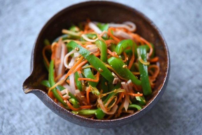 たっぷりピーマンを使って作るサラダレシピ。食感がよく、ヘルシーにぱくぱく食べられる一品です。