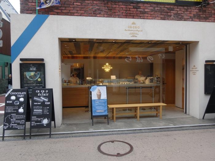 鎌倉駅より徒歩5分。こちらも小町通りに位置するとってもおしゃれな有名店「カカオ」。週末は生チョコタルトやソフトクリームを求めて行列ができている人気店なんです。