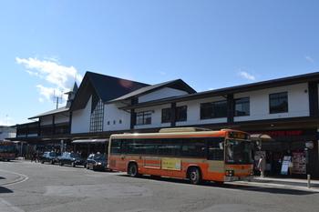 鎌倉駅東口は、鶴岡八幡宮や本覚寺、建長寺やバスに揺られて報国寺など、鎌倉観光のスタート地点です。