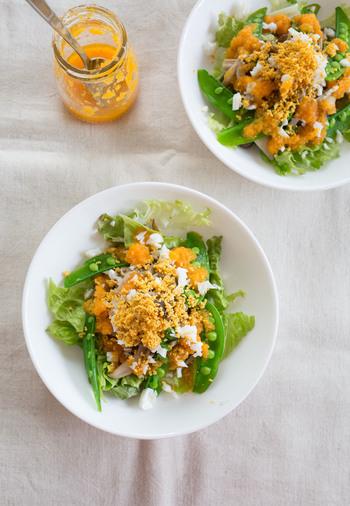 テーブルがとっても華やかになる「キノコとスナップエンドウのミモザサラダ」。ポイントは卵の黄身をザルでこしておくこと。すりおろして作る人参ドレッシングは、茹で野菜などのドレッシングにもぴったりなので、多めに作っておくと便利です。