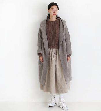 """こちらは柔らかな肌触りが魅力の""""圧縮ウール""""のフードコート。一枚さらりと羽織るだけで、大人っぽくて上品な印象に仕上げてくれます。ブラウンやベージュなど温かみのある配色コーデは、これからの季節にぜひおすすめです。"""