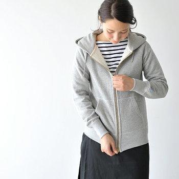 いかがでしたでしょうか。普段着ているアイテムでコーディネートしやすい「パーカー×スカート」。季節の変わり目など、涼しい時期に大活躍してくれますよ。是非こちらを参考に、この秋のファッションを楽しんでくださいね。