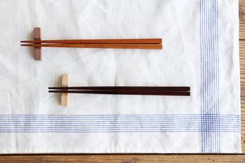 ひのきのお箸。深みのある朱漆が施された風合い、シンプルで飽きのこないデザインと、軽くて持ちやすいことが人気の理由です。