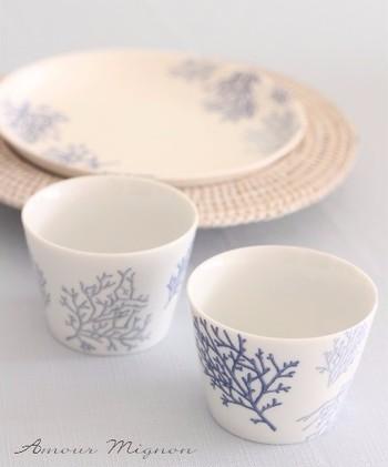 『ポーセラーツ』とは、転写紙やシールを白磁に張り付けて作る、ハンドクラフト。定番のお皿やカップ、グラスだけでなく、最近では様々なアイテムに施されています。