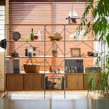 オブジェのような機能美に優れたキッチンツール、テーブルウェア、食品(パッケージ)は、目のいきやすい上部に見せる収納として置きましょう。 下段には、本や細々としたものをまとめたバスケットを◎