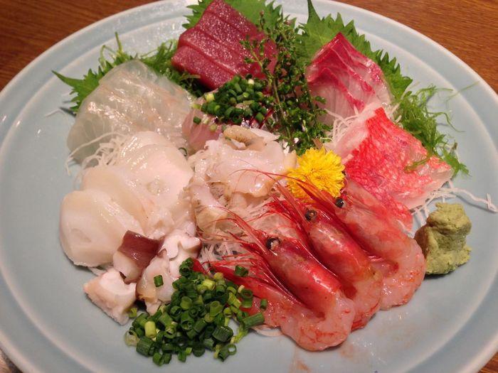 もとは魚屋さんだったという「魚可津」は、もちろん美味しいお魚がおすすめです。その日の朝に築地で仕入れた新鮮な魚のお刺身や、焼き魚、煮魚や揚げものまでたくさんのメニューがあります。お酒が好きな方は夜に訪れて、ぜひお酒と一緒に堪能してください。