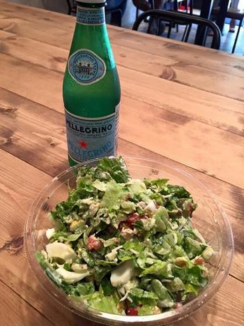 お店のメニューもありますが、自分好みにカスタマイズできるので、自分だけのオリジナルのチョップサラダを食べられます。ボウルいっぱいの野菜をいただくことができるので、食べ終わった頃には満腹感を味わえますよ。