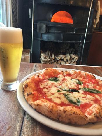 評判のナポリピザはマルゲリータとマリナーラの2種類。ランチタイムには、お得な価格でピザランチをいただくことができます。ディナータイムは、前菜が豊富なので、お酒と一緒に楽しむのがおすすめです。