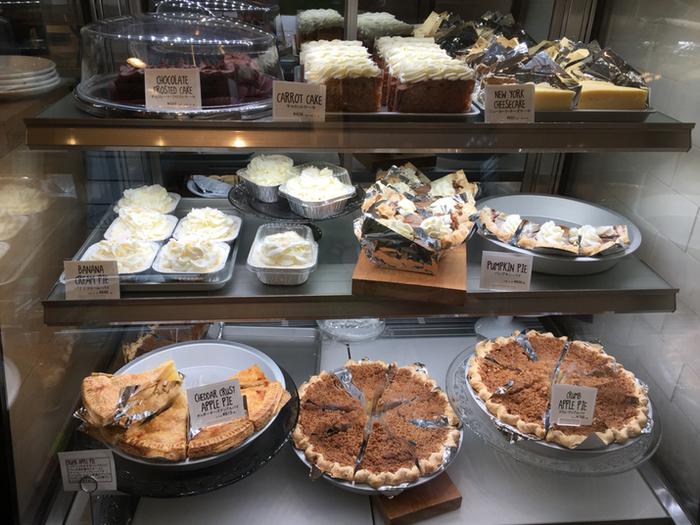 お土産にぴったりなケーキや焼き菓子がたくさん並んで、見ているだけでワクワクしてしまいそう。カフェスペースもあり、お店でいただくこともできます。イートインではいちばん気になるものを、他にも食べてみたいというケーキや焼き菓子はお持ち帰りするなんて贅沢をしてもいいかもしれませんね。