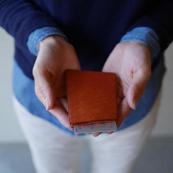 イタリアの革を使って靴作りを行う工房「entoan(エントアン)」のパスケース。ちょっと「ななめ」になっている、さりげないかわいさが魅力。使い込むと色に深みが増し、艶もアップ。経年変化が楽しみになるアイテム。
