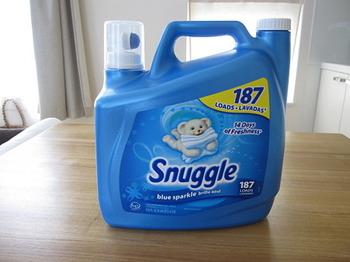 洗濯物をふんわりと香りよく仕上げてくれる柔軟剤。実は洗濯洗剤と一緒に混ぜてしまうと、お互いに効果を打ち消しあってしまいます。全自動洗濯機では柔軟剤の投入口に入れると、最後のすすぎのタイミングで柔軟剤が投入されます。二層式の洗濯機ではすすぎの水がきれいになったら柔軟剤を入れ、その後、洗濯機を2、3分回すようにしましょう。
