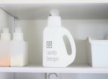 洗濯洗剤を選ぶときに、中性や弱アルカリ性といった液性を確認するほか、もうひとつ見ておかなければならないポイントがあります。それが蛍光剤です。蛍光剤とは、白いものをはっきりと白く見せる効果があるもので、白い衣類をより美しく洗い上げることができます。