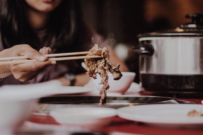 「チョレギサラダ」といえば、焼き肉屋さんの定番サラダ。そして、焼肉屋さんといえば、キムチやナムル、ユッケジャンスープ、ビビンバなど、韓国の料理がメニューに並ぶお店も多いため、つい「チョレギサラダ」も韓国のサラダのように考えてしまいますよね。しかし、一般的に浸透したきっかけは、過去に、エバラ食品が、生野菜をちぎって和えたサラダを焼き肉屋さんのサラダとして、「チョレギサラダ」と名づけ、CM放映されたことがきっかけ。韓国では、チョレギサラダと呼ぶ料理はないので、これはもう日本で独自に広まったサラダと考えてよいでしょう。