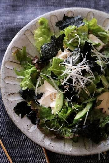 チョレギサラダにお豆腐を入れてボリュームアップ。お豆腐の風味やまろやかさがプラスされて、より奥行のある味わいに。シンプルだけど、飽きがこない鉄板サラダです。