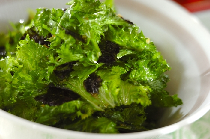 辛みのあるわさび菜をごま油やにんにくが利いたチョレギドレッシングでさらっと和えて。くせのある葉野菜の個性を軽々と美味しく引き出してしまうのが、チョレギサラダのすごいところ。