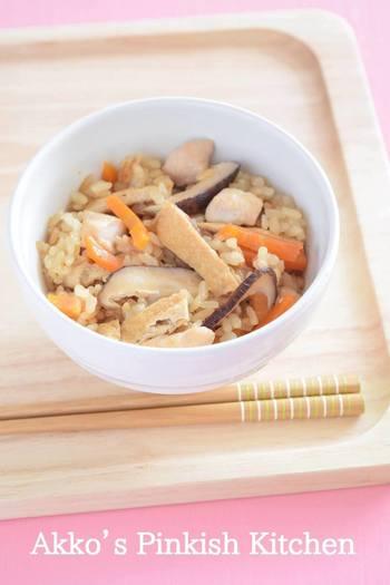 味付け油揚げを使って作る、煮汁までフル活用した炊き込みご飯のレシピです。煮汁は油揚げとは別に冷蔵保存しておき、2日に一回加熱すれば10日はもつそう。甘いお揚げの味が好きな人は、ぜひ試してみて!