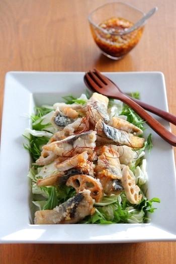 具沢山の炊き込みご飯のお供には、鯖とレンコンをたっぷり食べられるサラダ仕立ての一品がオススメ。長ネギをみじん切りにして作るネギドレッシングは、ポン酢やめんつゆなど市販のものを組み合わせるので失敗なく美味しく作れて便利です。栄養価も高く食べ応えもある揚げた鯖を使ったサラダ。是非マスターしておきたいレシピです。
