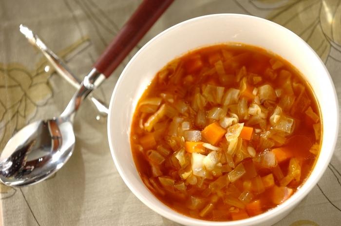 もう一つ合わせておきたい副菜は、食物繊維が豊富に含まれている話題の食材押し麦と、旬の人参などたっぷりの野菜で作る具沢山のスープです。たくさん作って忙しい朝ごはんにしても良いですね。一杯でたくさんの食材と栄養素が摂れる万能スープです。