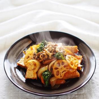 味噌ベースの鯖の味噌煮のメインディッシュの副菜案として、厚揚げと旬のきのこやレンコン、人参をふんだんに使ったヘルシーで食べ応えのある「厚揚げと冬野菜の酢豚風」がオススメです。お酢を使った料理は疲労回復効果も期待できますよ。秋の夜長にオススメの副菜レシピです。