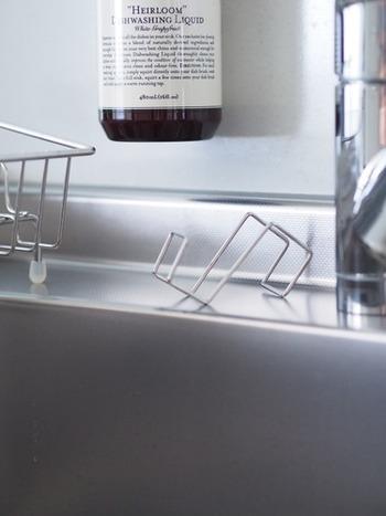 そのフックをシンクに置くと、絶妙な角度のスポンジ置きに大変身♪スポンジの水切れがよく、サっと手に取れるそうです。みなさんのお宅でも、意外な物がぴったりのスポンジ置きになるかもしれませんよ。