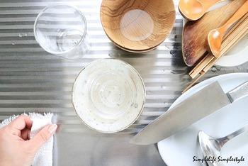 洗った物は引っくり返さず、シンクの脇へどんどん乗せていきます。食器に溜まった水は、拭く時に捨てれば済むそうです。