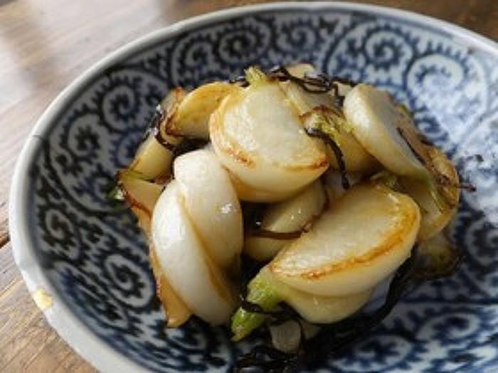 カブを塩昆布とオリーブオイルで炒め焼きしただけの簡単レシピ。塩昆布とオリーブオイルの絶妙なバランスがカブに絡まりとっても美味。後一品欲しい箸休めや、お酒を飲む時におつまみにも最適な一品です。