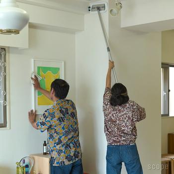 このモップの凄い所は操作性にもあります。軽くて自在に動くから、家じゅうどんなところでもスイスイ動いて気持ちよくお掃除することができるんです。