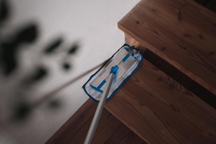 首がクルっと回るから、壁際や部屋の隅のお掃除もノンストレス。力が入れられるから、隅の汚れも落としやすいんです。