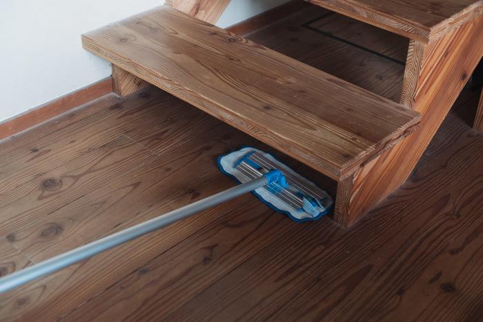 モップの先端はスリムでフラットになるから、階段や家具の下もスッと入り込んでお掃除できます。面倒で後回しにしていた隙間の掃除も楽々。