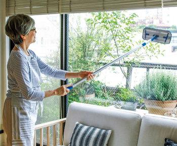 マイクロファイバーは壁や床だけでなく、ガラスのお掃除にも適しています。高さのあるガラス窓でも、伸びるモップなら隅までお掃除することができます。