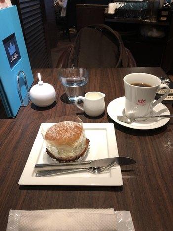 こちらはスウェーデンの定番スイーツ「セムラ」をコーヒーと一緒に。ほかにも種類の豊富なケーキや、パンケーキもおすすめです。麻布十番を散策して疲れたタイミングで立ち寄り、香り高いコーヒーとやさしい甘さのスイーツで癒しの時間を味わってみてはいかがでしょう。