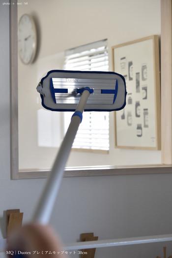 ちょっと離れた吹き抜けの窓も、軽くて伸びるモップだから汚れに手が届く!痒い所に手が届くモップです。