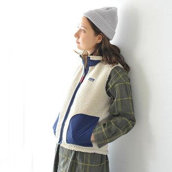 毎年人気のアウトドアブランドPatagoniaのRetro-Xシリーズのベスト。カジュアルな服装はもちろんのこと、ロングのワンピースなどフェミニンなスタイルをアクティブに見せてくれる万能アイテム。一枚あると便利です。
