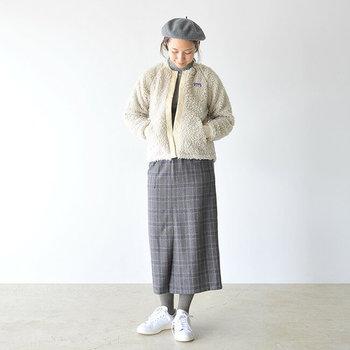 こちらの「Patagonia」のキュートなデザインのジャケットはなんとキッズのもの。アウトドアブランドのキッズサイズは実はコンパクトに着ることができて、とても便利。着丈が短いのでパンツやスカートどちらでも合わせやすくコーディネートしやすいのもポイントです。