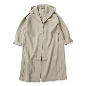 パンツスタイルもワンピースも、ふわりとまとえば寒さから体も守ってくれつつおしゃれに見せてくれるのが少し素材が厚めのロングカーディガン。軽快に着こなしたいときはベージュなど薄めの色合いがベストです。