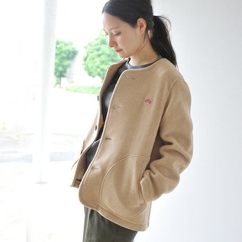 ちょっとしたお出かけの時にふわっと羽織れるフランスのワークブランド「DANTON」のジャケットは、ウール素材でとっても軽いのに暖かく、ノーカラーの上品なデザインなので、合わせる服を選ばず着こなしやすい一着。