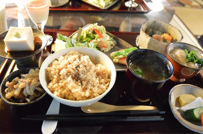 この日の「玄米菜食膳」は、田楽やお野菜の天ぷら、胡麻豆腐、煮物など10品ほど。どれも丁寧に調理されていて、品のある味つけです。玄米ごはんの炊き加減も絶妙で、体の中からキレイになれそう。