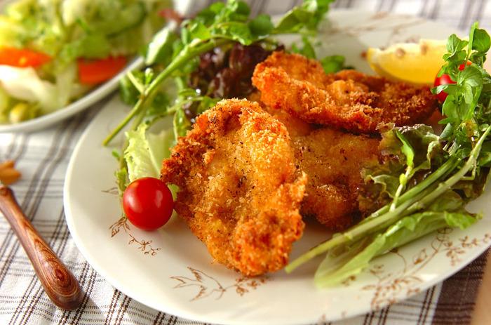塩、コショウ、マスタードの味付けでシンプルに仕上げた鶏むね肉のチキンカツ。衣をつけて揚げるだけで豪華な一品に!お子さんや、お父さんが喜びそうなボリュームおかず。晩ごはんのおかずにいかがでしょうか!