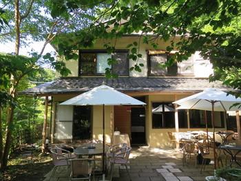 北鎌倉の駅から、あじさいで有名な明月院に向かって歩く途中にあるのが「北鎌倉 紫−ゆかり−」です。こちらのレストランは、鎌倉の有名フレンチ「ミッシェルナカジマ」のオーナーシェフがプロデュースしたお店。