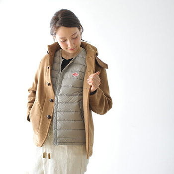 DANTONの薄手のダウンは、そのまま着ても、ウールのジャケットやコートに重ねても暖かくおしゃれ。画像のグレージュの他にもパープルやカーキなどカラーリングも豊富なので着こなしの幅も広がります。